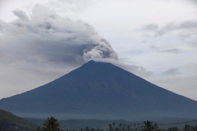 انفجار بركاني منذ قليل يدمر المنازل والمزارع وأعمدة نيران ورماد ترتفع إلى 18 كيلو نحو السماء وتعطل الرحلات الجوية